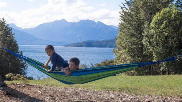 Esteban et Ruben dans un hamac de Nouvelle-Zélande