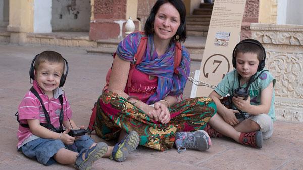 Alice et ses garçons au musée de Jaisalmer, en Inde