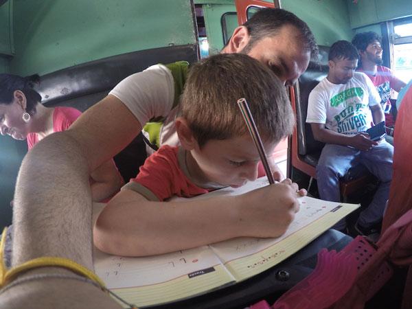 Esteban en pleine séance d'école dans un train du Sri Lanka