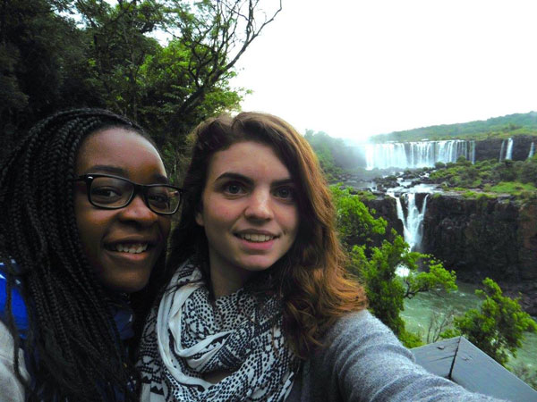 Amandine & Alice aux Chutes d'Iguaçu (Brésil)
