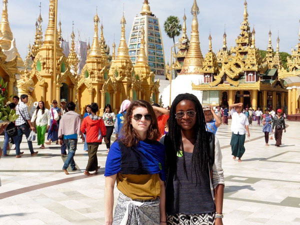 Amandine & Alice à la Pagode Schwedagon, au Myanmar