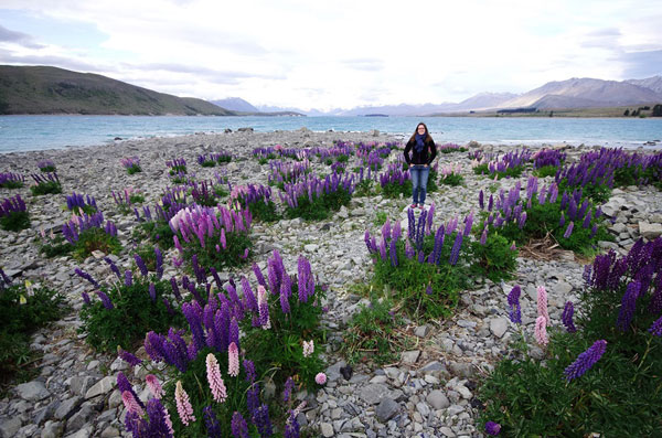 Audrey au bord du Lac Tekapo, en Nouvelle-Zélande