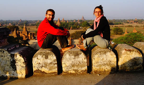 Oriane et David en Birmanie, face aux Temples de Bagan