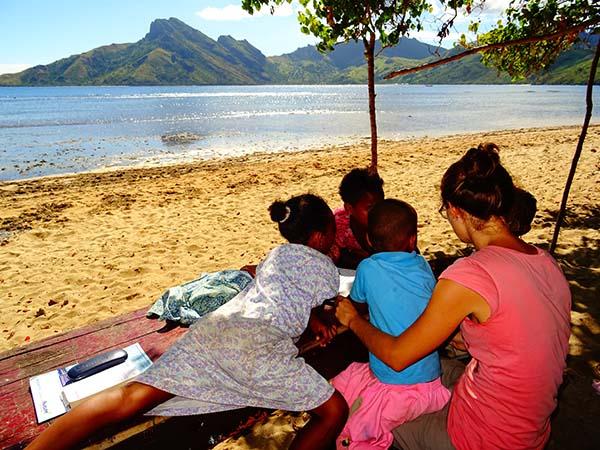 Oriane aux Îles Fidji, avec des enfants de l'île de Wayasewa
