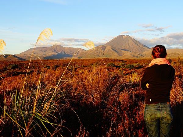 Oriane observant le coucher du soleil dans le Parc National de Tongariro, en Nouvelle-Zélande