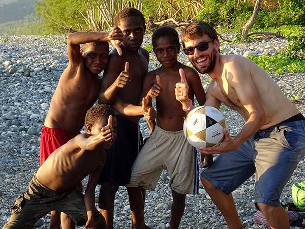 David joue au foot avec des enfants de l'île de Pentecôte, au Vanuatu