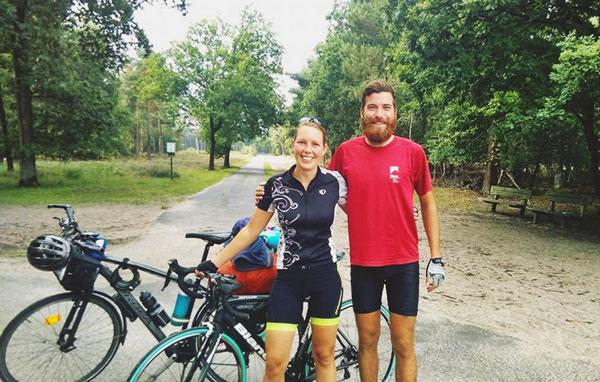 Alan en compagnie d'une autre voyageuse à vélo