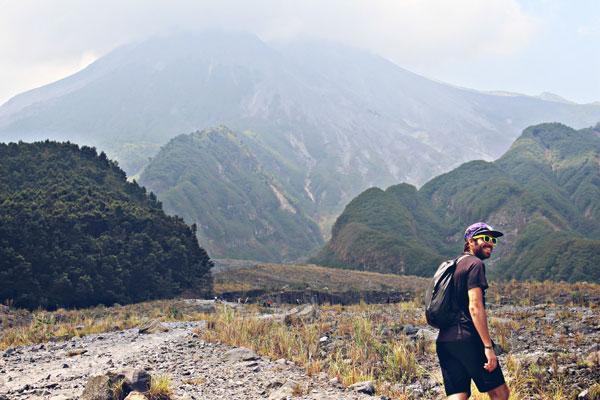 Alan en Indonésie, sur le Volcan Merapi