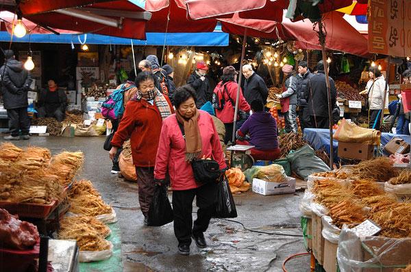 Scène de vie dans un marché de Séoul, Corée du Sud