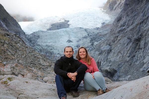 Jeanne et Florian devant le Franz Josef Glacier, en Nouvelle-Zélande