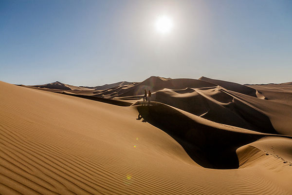 À faire au Pérou : s'essayer au surf dans les dunes de Huacachina