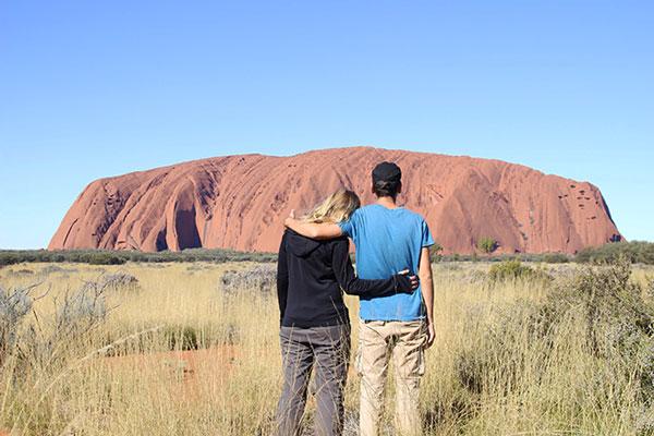 Interview voyageurs : Le voyage de noces autour du monde d'Elodie et Thomas ! Ici, en Australie, à Uluru
