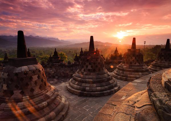 Le temple Borobudur au coucher du soleil (Java)