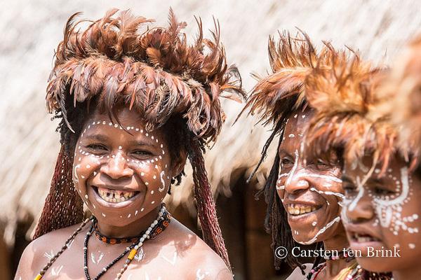 Membres de la Tribu Dani, dans la Vallée de Baliem (Papouasie occidentale)