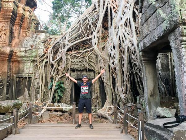 Guillaume voyage avec un handicap visuel : ici à Angkor (Cambodge)