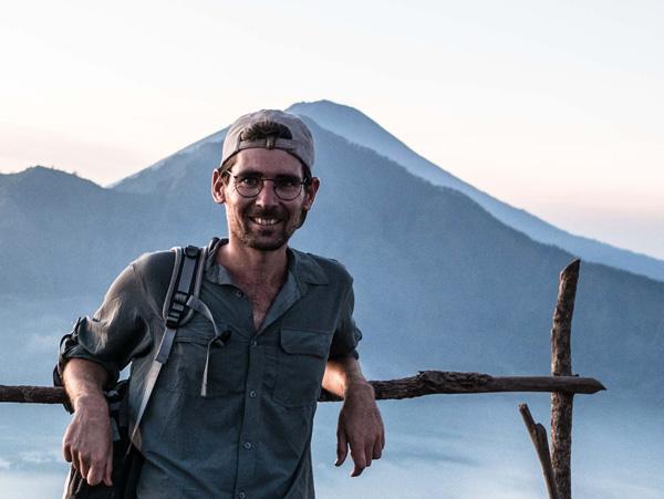 Guillaume voyage avec un handicap visuel : ici lors de l'ascension du Mont Batur (Indonésie)