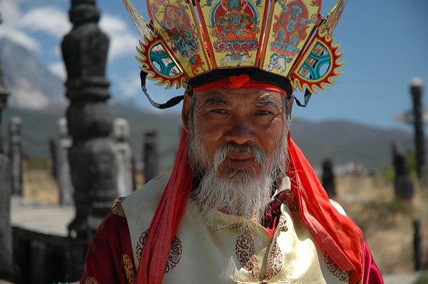 Monsieur de la minorité ethnique des Naxi, Yunnan, Chine